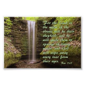 Cascada con verso del 7:17 del Rev. Fotografía