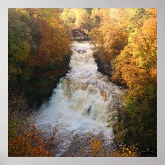Cascada de conexión en cascada en el otoño Corra L Póster
