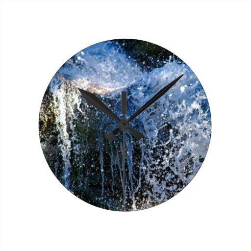Cascada de forma refrescante diversa reloj