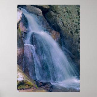 Cascada de la montaña póster