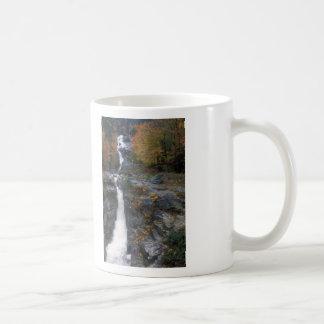 Cascada de plata, montañas blancas taza de café