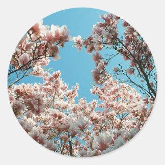 Cascada del flor pegatina redonda