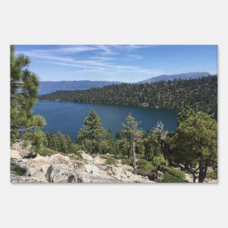 Cascada del lago en el lago Tahoe del sur Señal