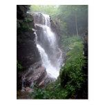 Cascada en el bosque con las rocas tarjeta postal