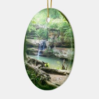 Cascada en el ornamento de la cueva del viejo adorno navideño ovalado de cerámica