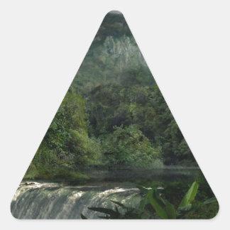 Cascada en la selva de las montañas pegatina triangular