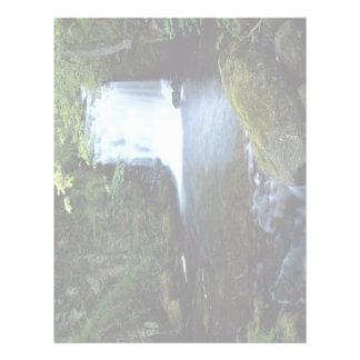 Cascada en Watersmeet, Devon del norte, Inglaterra Plantilla De Membrete