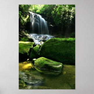 Cascada enorme de la selva tropical en luz del sol poster