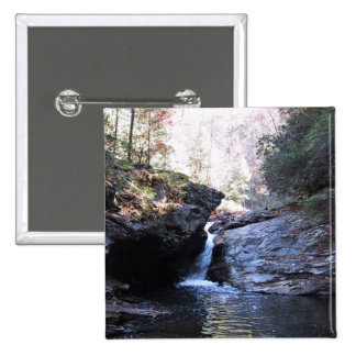 Cascada entre los outcroppings rocosos