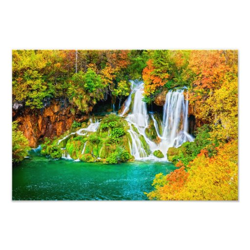 Cascada hermosa en el bosque del otoño foto