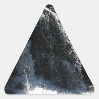 Cascada majestuosa - caídas de la grosella pegatina triangular