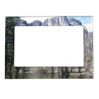 Cascada majestuosa en el parque de Yosemite Marcos Magneticos De Fotos
