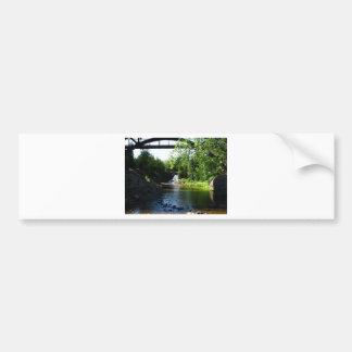 Cascada majestuosa en las caídas de la grosella es etiqueta de parachoque