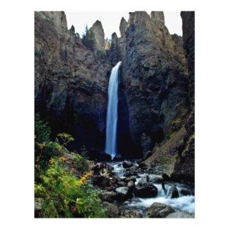 """Cascada rodeada por las rocas dentadas folleto 8.5"""" x 11"""""""