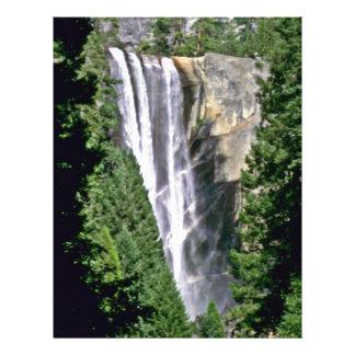 """Cascada sobre el acantilado en bosque folleto 8.5"""" x 11"""""""
