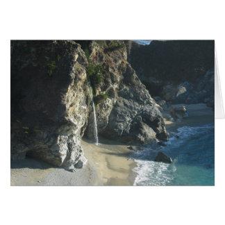 Cascada sobre la playa que fluye en el océano en S Tarjeta De Felicitación