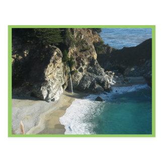 Cascada sobre la playa que fluye en el océano en S Tarjeta Postal