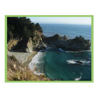 Cascada sobre la playa que fluye en el océano en S Tarjetas Postales