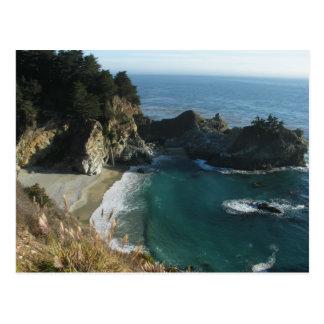 Cascada sobre la playa que fluye en el océano en S Postales
