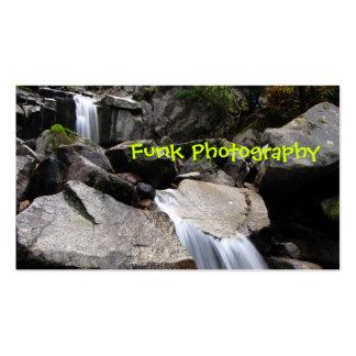 Cascada sobre las rocas plantillas de tarjeta de negocio