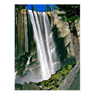 Cascada sobre los acantilados de la roca tarjeta postal