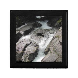 Cascada sobre rocas joyero cuadrado pequeño
