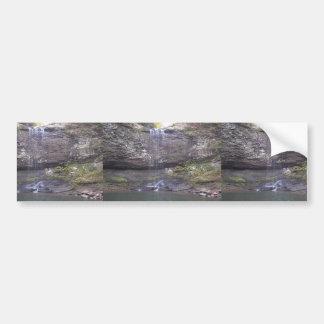 Cascada sobre un acantilado rocoso en una piscina pegatina de parachoque