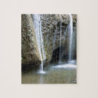 Cascada sobre una roca puzzle