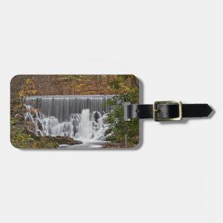 Cascada y follaje de otoño de conexión en cascada etiqueta de maleta
