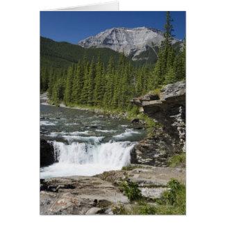 Cascadas con la repisa de la roca y una montaña tarjeta de felicitación