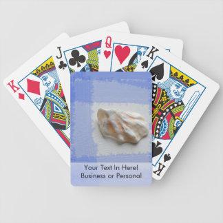 cáscara de la pata de los gatos con las rayas barajas de cartas