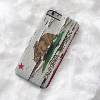 Cáscara de la pintura de la bandera de California Funda De iPhone 6 Barely There