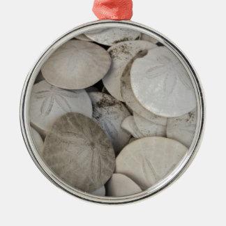 Cáscara del mar de los dólares de arena adorno redondo plateado