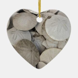 Cáscara del mar de los dólares de arena adorno de cerámica en forma de corazón