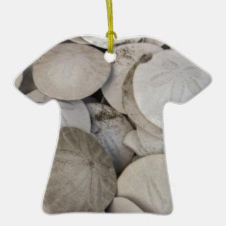 Cáscara del mar de los dólares de arena adorno de cerámica en forma de camiseta