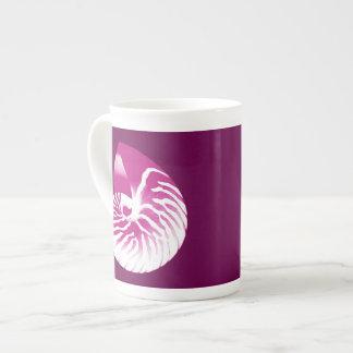 Cáscara del nautilus - púrpura y blanco de la taza de porcelana