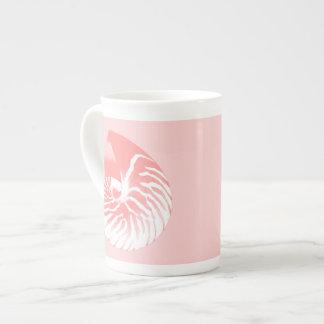 Cáscara del nautilus - rosado coralino y blanco taza de porcelana