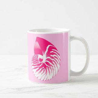 Cáscara del nautilus - rosado fucsia y blanco taza básica blanca