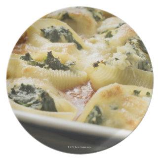 Cáscaras cocidas de las pastas con el relleno de platos