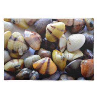 Cáscaras coloridas minúsculas de la almeja manteles individuales