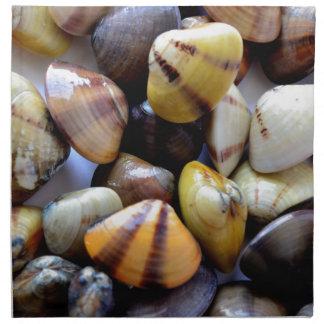 Cáscaras coloridas minúsculas de la almeja servilleta imprimida