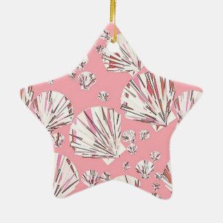 Cáscaras del coral blancas y rosadas del mar fon ornamente de reyes