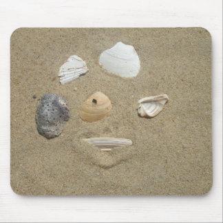 Cáscaras del mar en la arena Mousepad