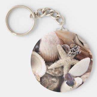 Cáscaras del mar por la orilla llaveros personalizados