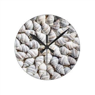 cáscaras del mar reloj redondo mediano