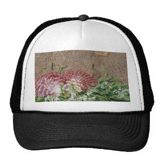 cáscaras rosadas y flores blancas en la arena de l gorros