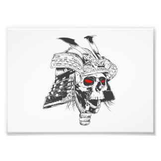 casco blanco y negro del samurai con el cráneo cojinete