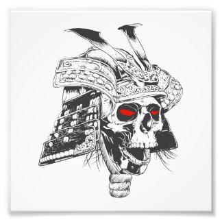 casco blanco y negro del samurai con el cráneo fotografía