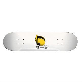 Casco con la llave tabla de patinar