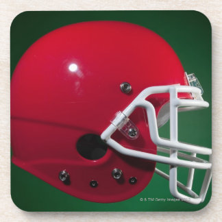 Casco de fútbol americano americano rojo en fondo posavaso